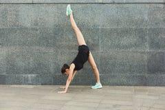 Yoga di addestramento della donna nella posa del cane all'aperto Fotografie Stock Libere da Diritti