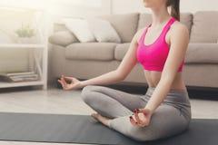 Yoga di addestramento della donna nella posa del loto, primo piano Immagine Stock Libera da Diritti