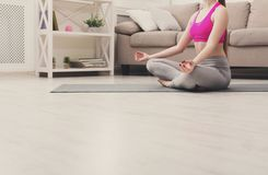 Yoga di addestramento della donna nella posa del loto, primo piano Fotografia Stock