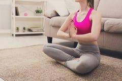 Yoga di addestramento della donna nella posa del loto, primo piano Immagine Stock