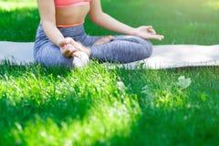 Yoga di addestramento della donna nella posa del loto, primo piano Fotografie Stock Libere da Diritti