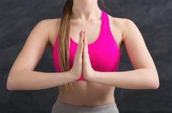 Yoga di addestramento della donna nella posa del loto, primo piano Immagini Stock Libere da Diritti