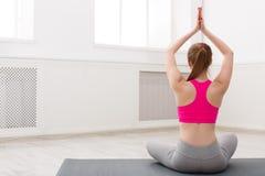 Yoga di addestramento della donna nella posa del loto, primo piano Immagini Stock
