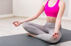 Yoga di addestramento della donna nella posa del loto, primo piano Fotografia Stock Libera da Diritti