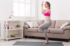 Yoga di addestramento della donna nella posa dell'aquila Fotografia Stock Libera da Diritti