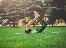 Yoga di addestramento della donna nella posa dell'arco all'aperto Immagine Stock Libera da Diritti