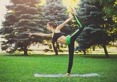 Yoga di addestramento della donna nella posa dell'arco di std Fotografia Stock