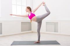 Yoga di addestramento della donna nella posa dell'arco di std Immagine Stock