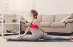 Yoga di addestramento della donna nella posa della scimmia Fotografia Stock Libera da Diritti
