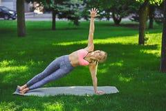 Yoga di addestramento della donna nella posa della sponda all'aperto Immagine Stock Libera da Diritti