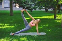 Yoga di addestramento della donna nella posa della sponda all'aperto Immagini Stock