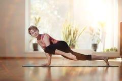 Yoga di allenamento della ragazza Immagini Stock