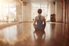 Yoga di allenamento della ragazza Fotografia Stock
