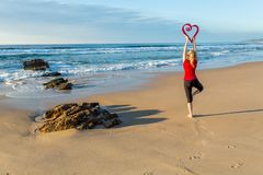 Yoga di amore dal mare fotografia stock libera da diritti