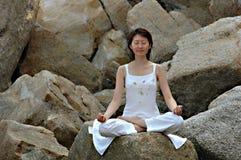 Yoga di Ananda sulla roccia Fotografie Stock Libere da Diritti