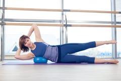 Yoga di forma fisica di ginnastica della sfera di stabilità della donna di Pilates Immagini Stock