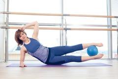 Yoga di forma fisica di ginnastica della sfera di stabilità della donna di Pilates Fotografia Stock