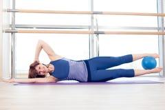Yoga di forma fisica di ginnastica della sfera di stabilità della donna di Pilates Fotografie Stock Libere da Diritti