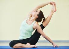 Yoga di forma fisica Donna che fa allungando le esercitazioni in ginnastica Immagine Stock