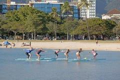 Yoga di galleggiamento su un pomeriggio soleggiato Fotografia Stock Libera da Diritti