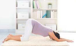 Yoga di gravidanza a casa Immagine Stock