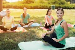 Yoga di gravidanza Una donna forma un gruppo di donne incinte Stanno sedendo davanti lei in una posa del loto Fotografia Stock Libera da Diritti