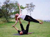 Yoga di mattina nel parco di verde della città Una bella coppia tiene una classe di yoga Fotografie Stock Libere da Diritti