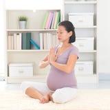 Yoga di meditazione a casa Immagini Stock