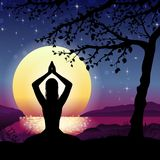 Yoga di meditazione su paesaggio e sul Sun Immagini Stock