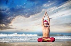 Yoga di natale sulla spiaggia Fotografia Stock Libera da Diritti