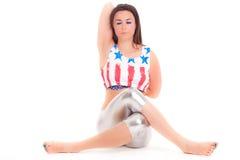 Yoga di pilatos della ragazza isolata sull'esercizio bianco della palestra del fondo Immagine Stock