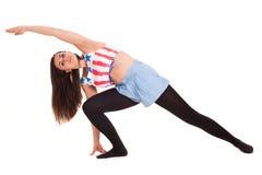 Yoga di pilatos della ragazza isolata sull'esercizio bianco della palestra del fondo Fotografie Stock