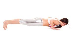 Yoga di pilatos della ragazza isolata sull'esercizio bianco della palestra del fondo Immagini Stock Libere da Diritti
