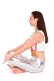Yoga di pilatos della ragazza sull'esercizio bianco della palestra del fondo Fotografia Stock Libera da Diritti