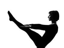 Yoga di posa della barca di navasana di paripurna della donna Fotografia Stock