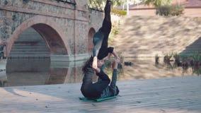 Yoga di pratica di acro delle belle coppie di mattina archivi video
