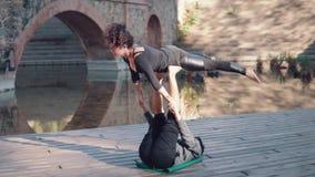 Yoga di pratica di acro delle belle coppie di mattina video d archivio