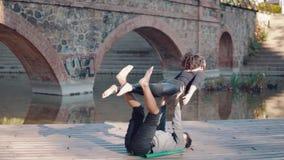Yoga di pratica di acro delle belle coppie di mattina stock footage