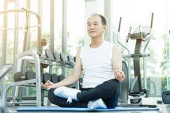 Yoga di pratica asiatica dell'uomo senior Copi lo spazio Immagini Stock Libere da Diritti