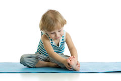 Yoga di pratica del bambino, allungante in abiti sportivi d'uso di esercizio Bambino isolato sopra fondo bianco Immagini Stock Libere da Diritti