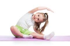 Yoga di pratica del bambino, allungante in abiti sportivi d'uso di esercizio Bambino isolato sopra fondo bianco Fotografia Stock Libera da Diritti