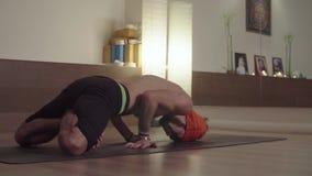 Yoga di pratica del forte uomo flessibile video d archivio