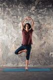 Yoga di pratica del giovane Immagine Stock Libera da Diritti