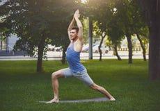 Yoga di pratica del giovane all'aperto Immagini Stock Libere da Diritti