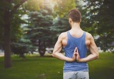 Yoga di pratica del giovane, posa inversa di preghiera Fotografia Stock Libera da Diritti