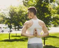 Yoga di pratica del giovane, posa inversa di preghiera Fotografie Stock