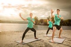 Yoga di pratica del gruppo Immagini Stock