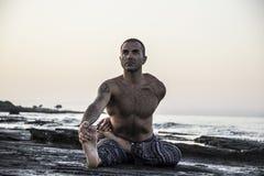 Yoga di pratica dell'uomo Fotografie Stock Libere da Diritti