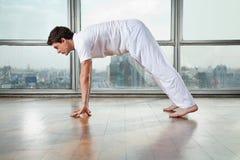Yoga di pratica dell'uomo alla palestra Fotografie Stock