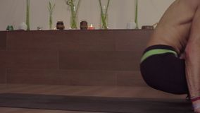 Yoga di pratica dell'uomo bello - Padmasana, Sarvangasana video d archivio